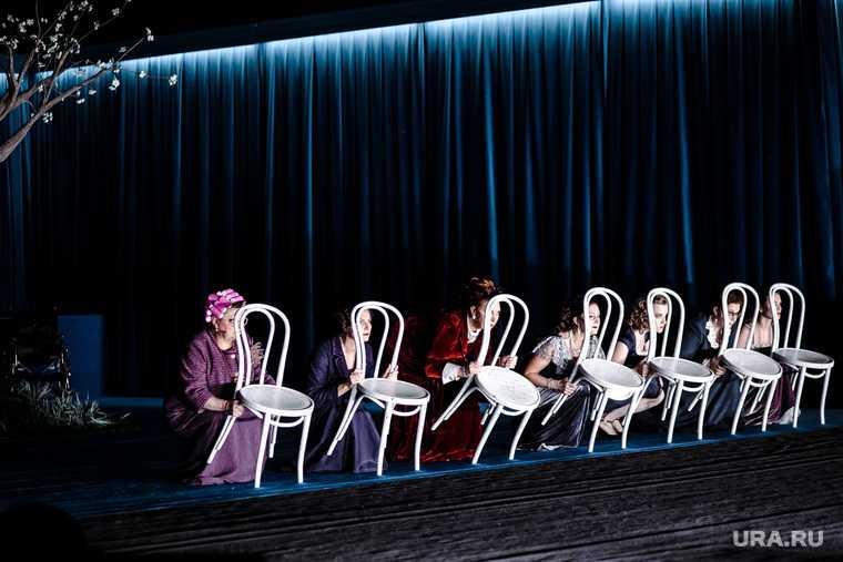 Премьера спектакля 8 женщин. Выступление групппы Oqujav. Тюмень.