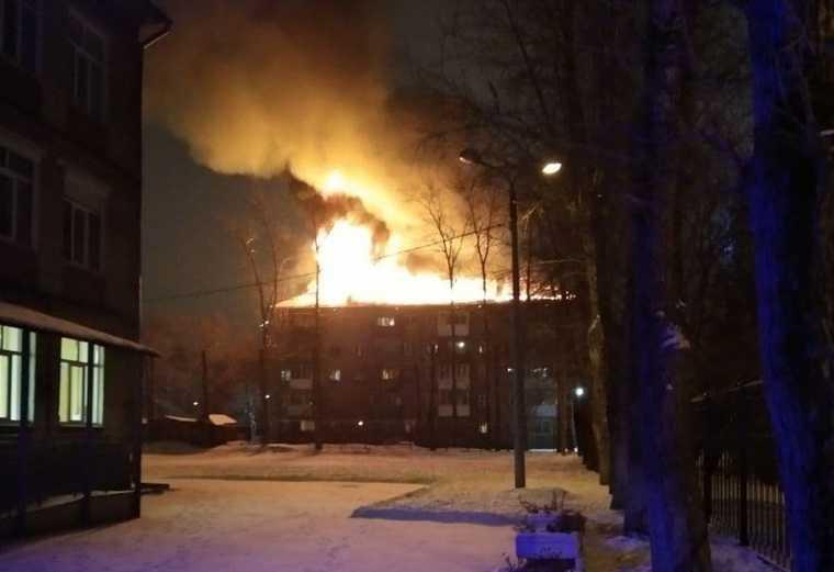 В Перми загорелась крыша жилой пятиэтажки. Фото