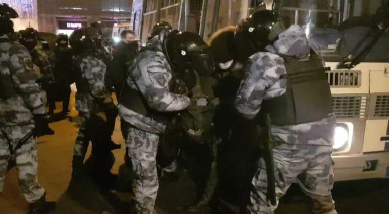 На митингах в Москве силовики задержали сотни человек. «Действовали крайне жестко»