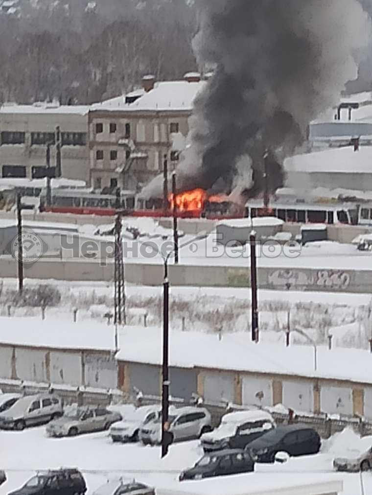 В депо Магнитогорска загорелся трамвай. Фото