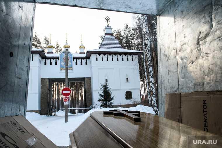 Гроб из кельи Николая Романова перед отправкой в Казань. Среднеуральск