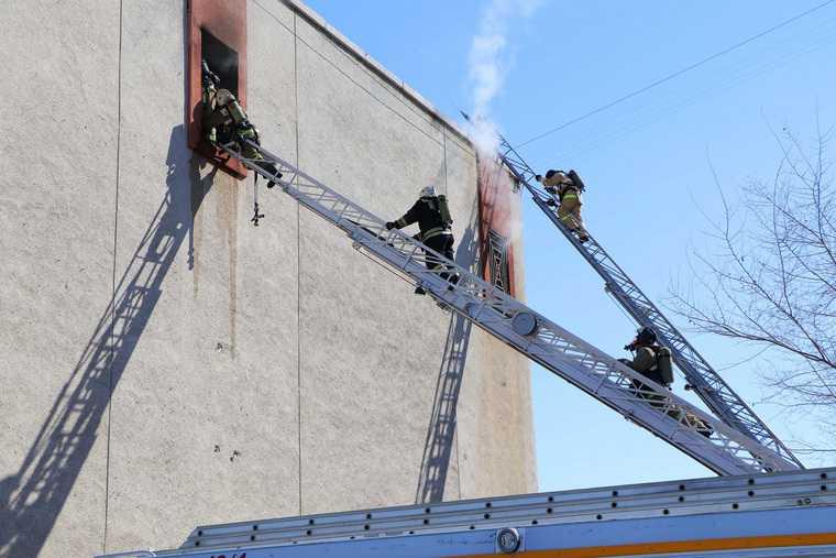 МЧС опубликовало кадры из горящего культурного центра в Кургане. Фото, видео