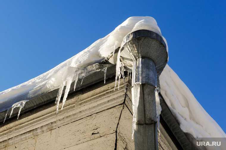 на школьниц упал снег с крыши Пермский край