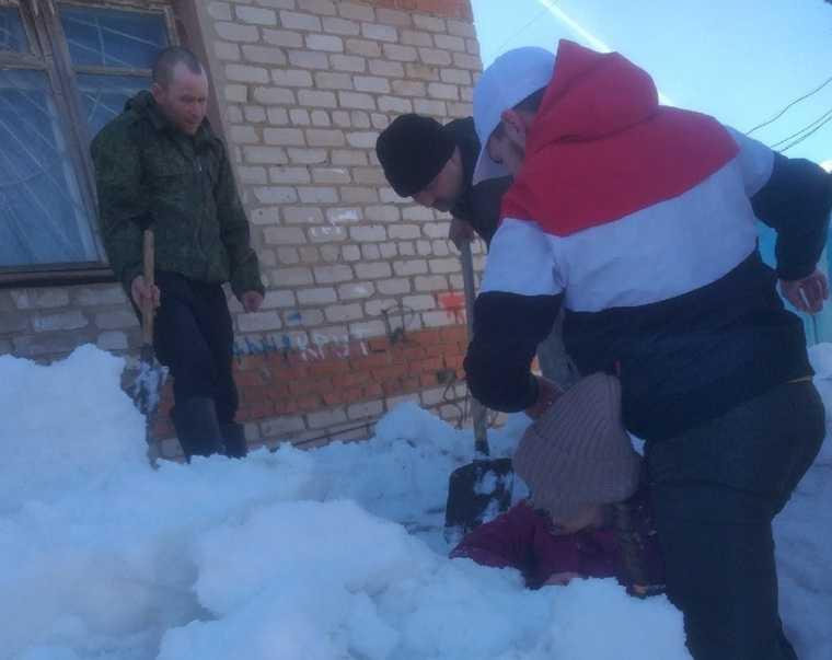 В Пермском крае школьниц завалило снегом с крыши. Фото