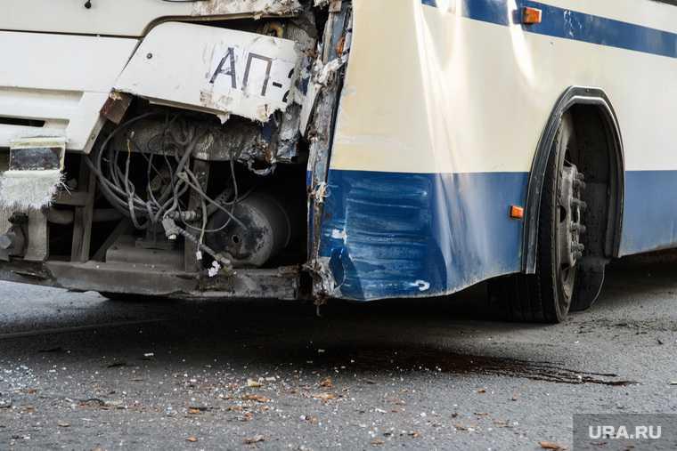 в Тюмени машина врезалась в автобус и сгорела