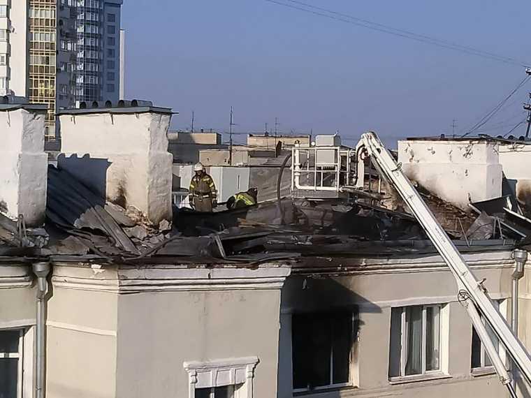 Очевидец: тушение дома в Екатеринбурге затянулось из-за пожарных