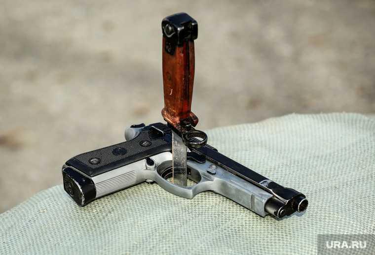 При обыске было обнаружено холодное и огнестрельное оружие