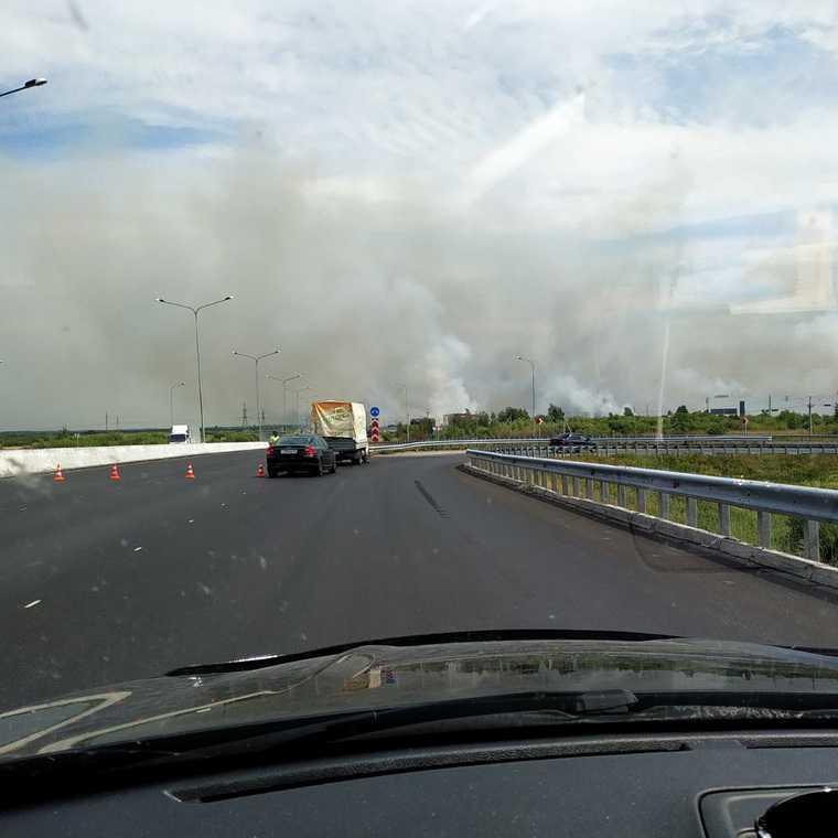 Пожар возле тюменской трассы снизил видимость до нуля. Фото, видео
