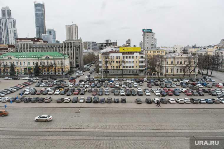 в центре Екатеринбурга из-за праздника закроют парковку
